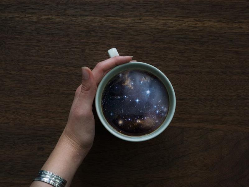 Иллюстрации волны океана и галактик в кофейных кружках