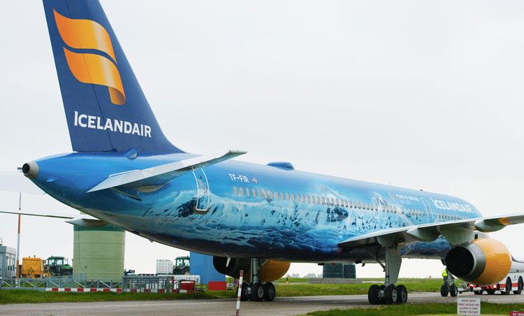 Нанесение аэрографии на самолёт в Исландии
